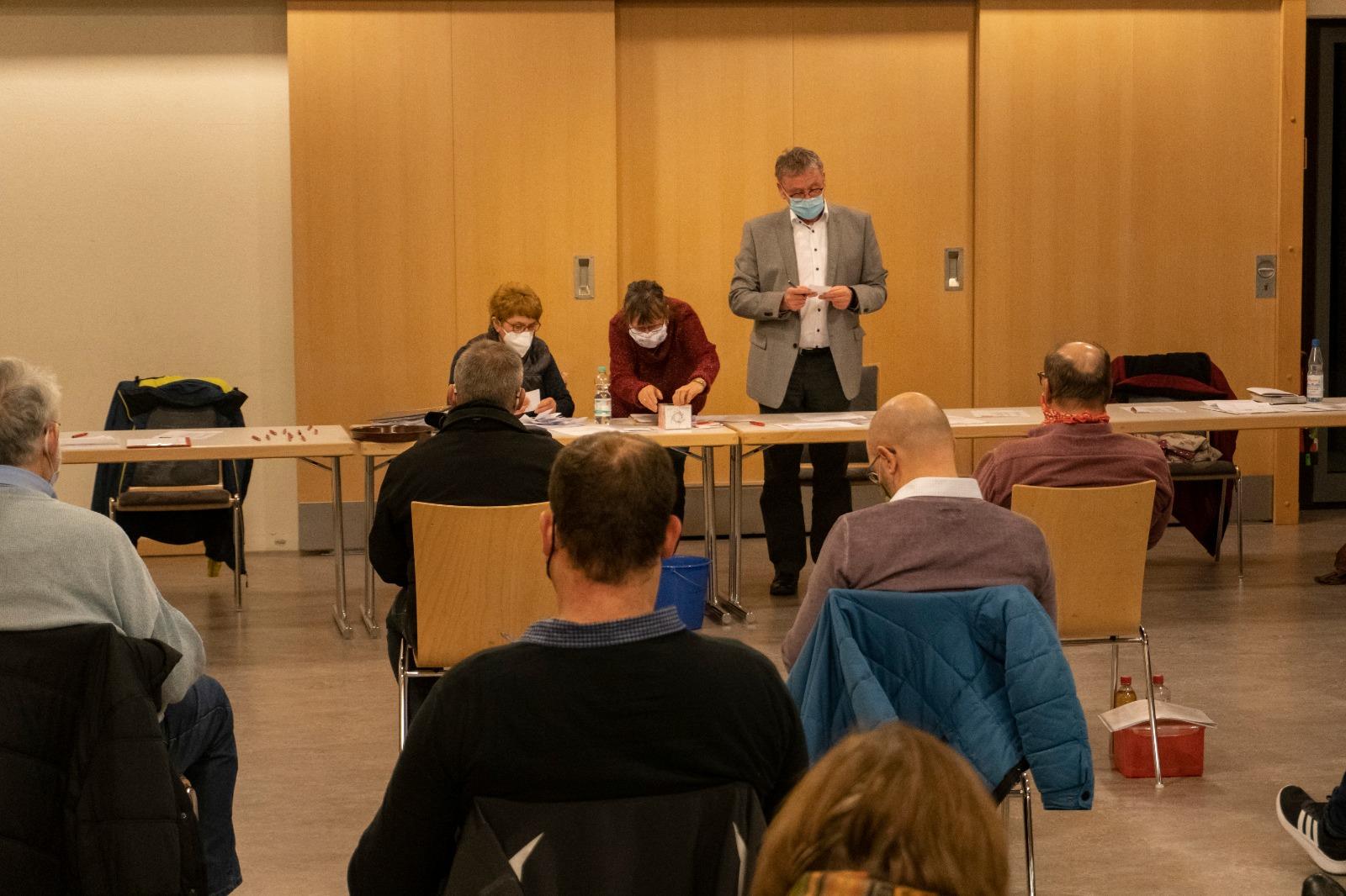 Foto: Podium mit Sitzungsleitung